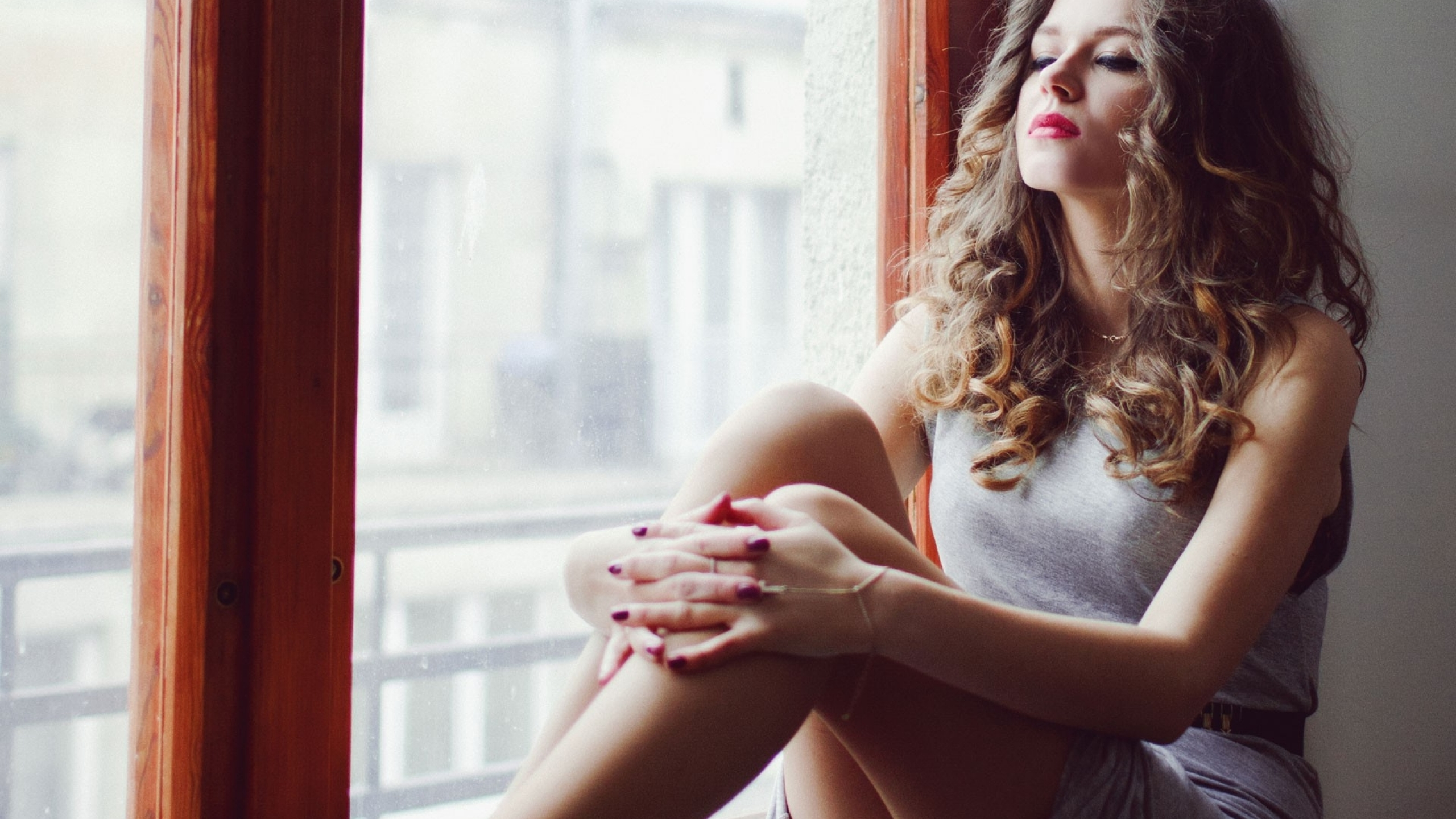 Kasia Lins curly hair women indoors (2560x1440)